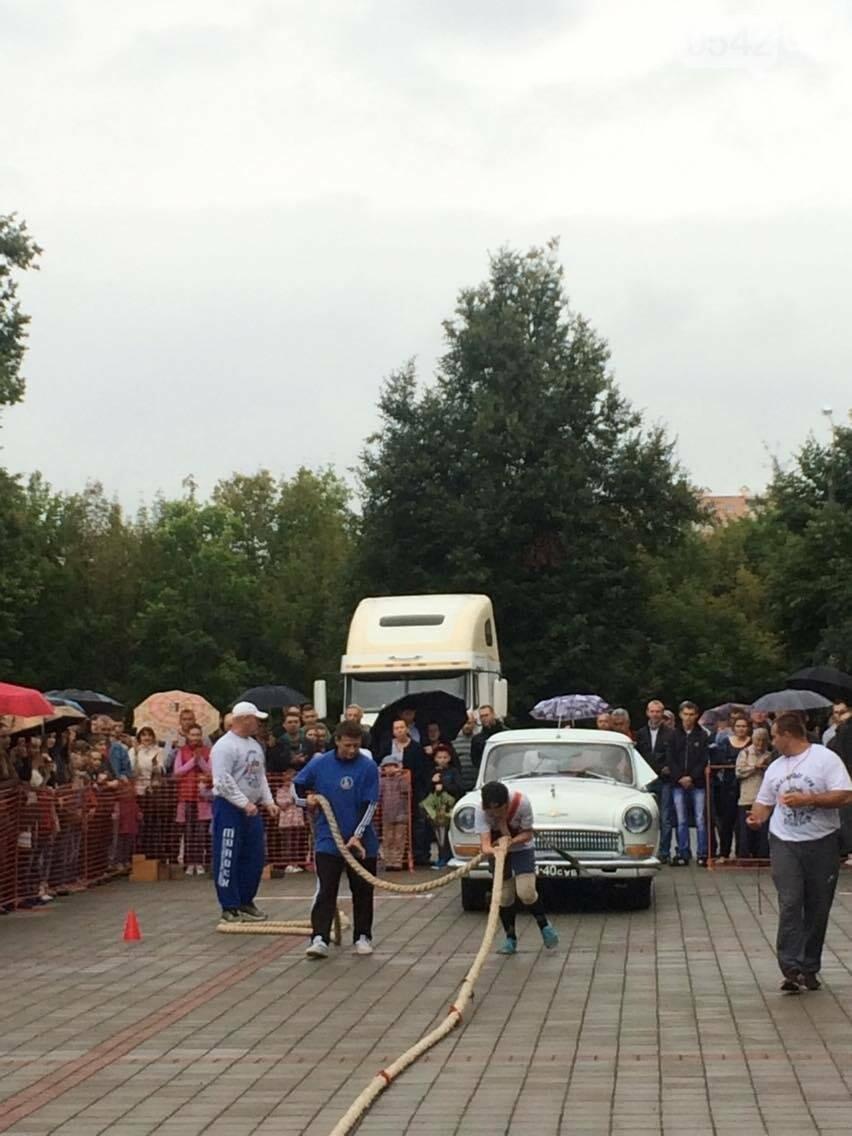 «Богатырские игры»: в центре Сум девушки тянули 2-тонный автомобиль, а парни – 4-тонную фуру , фото-6