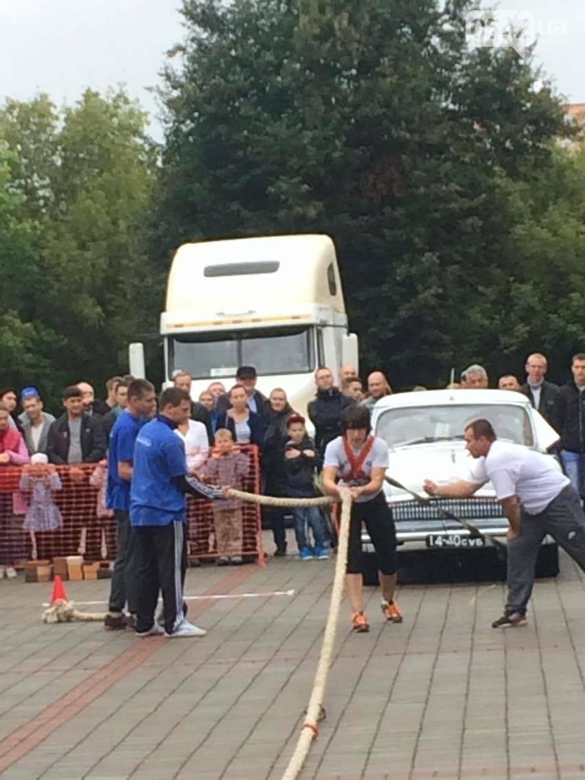 «Богатырские игры»: в центре Сум девушки тянули 2-тонный автомобиль, а парни – 4-тонную фуру , фото-11