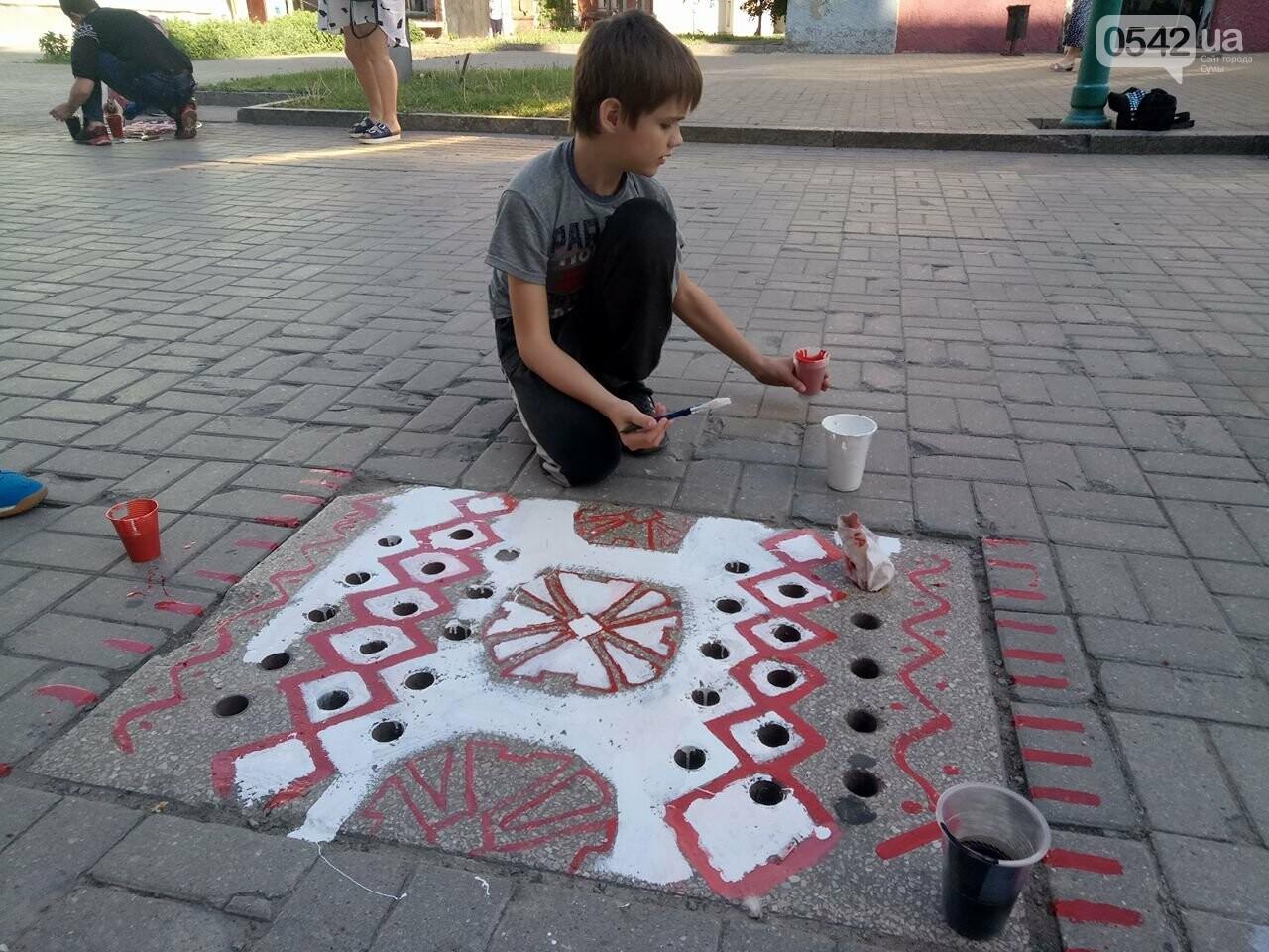 Фотофакт: в День вышиванки в Сумах оригинально разрисовали люки, фото-11