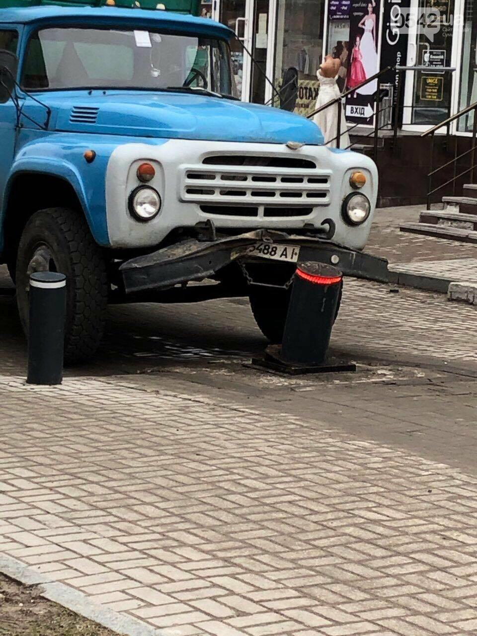 В Сумах грузовик повредил боллард, фото-1