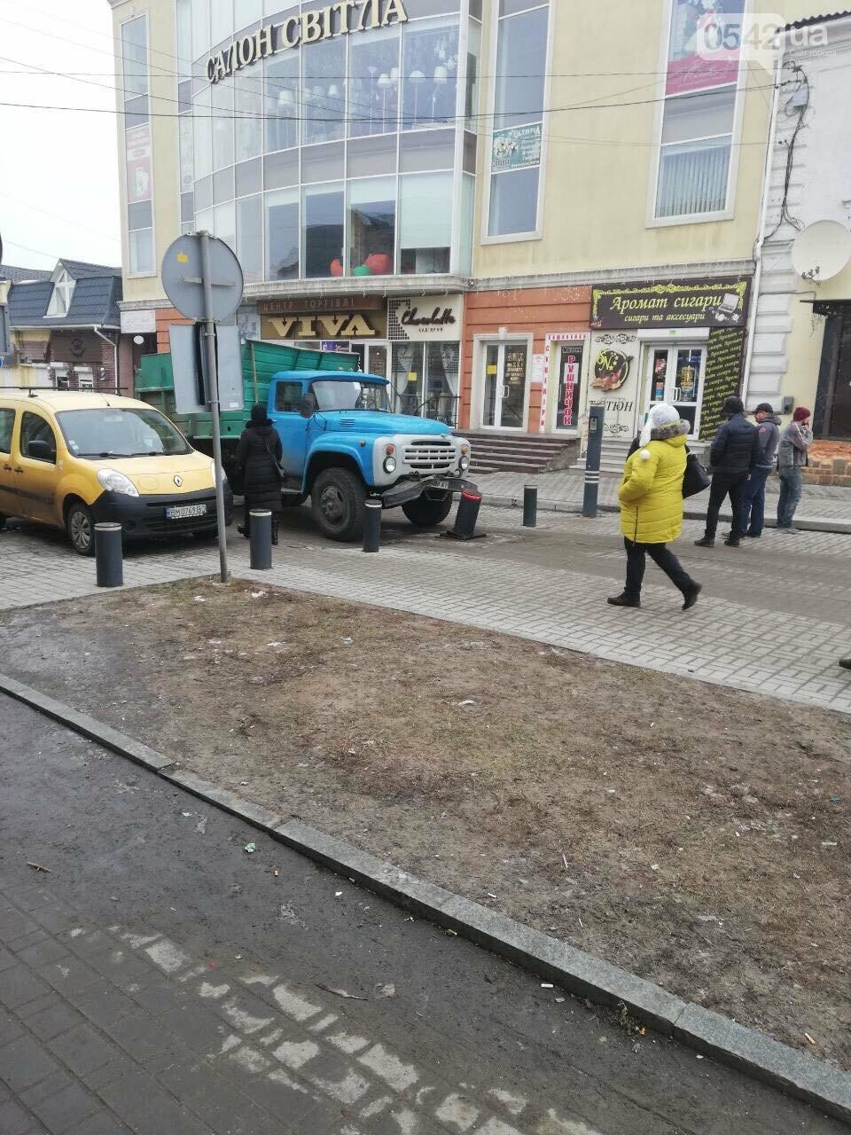 В Сумах грузовик повредил боллард, фото-3