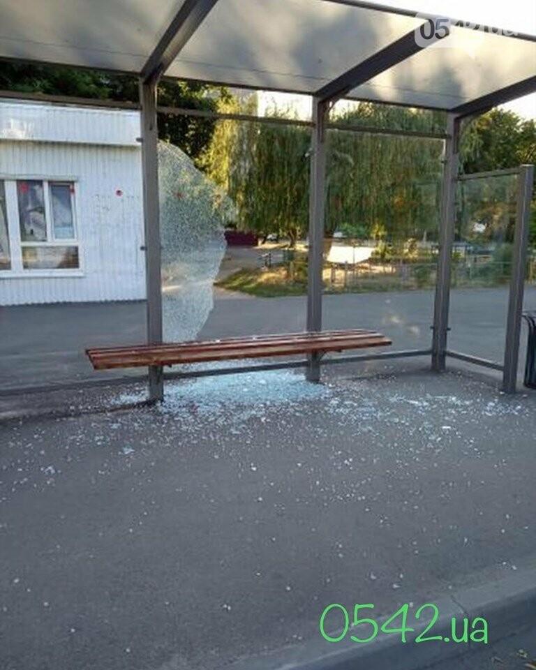 У Сумах вандали розтрощили зупинку, фото-1