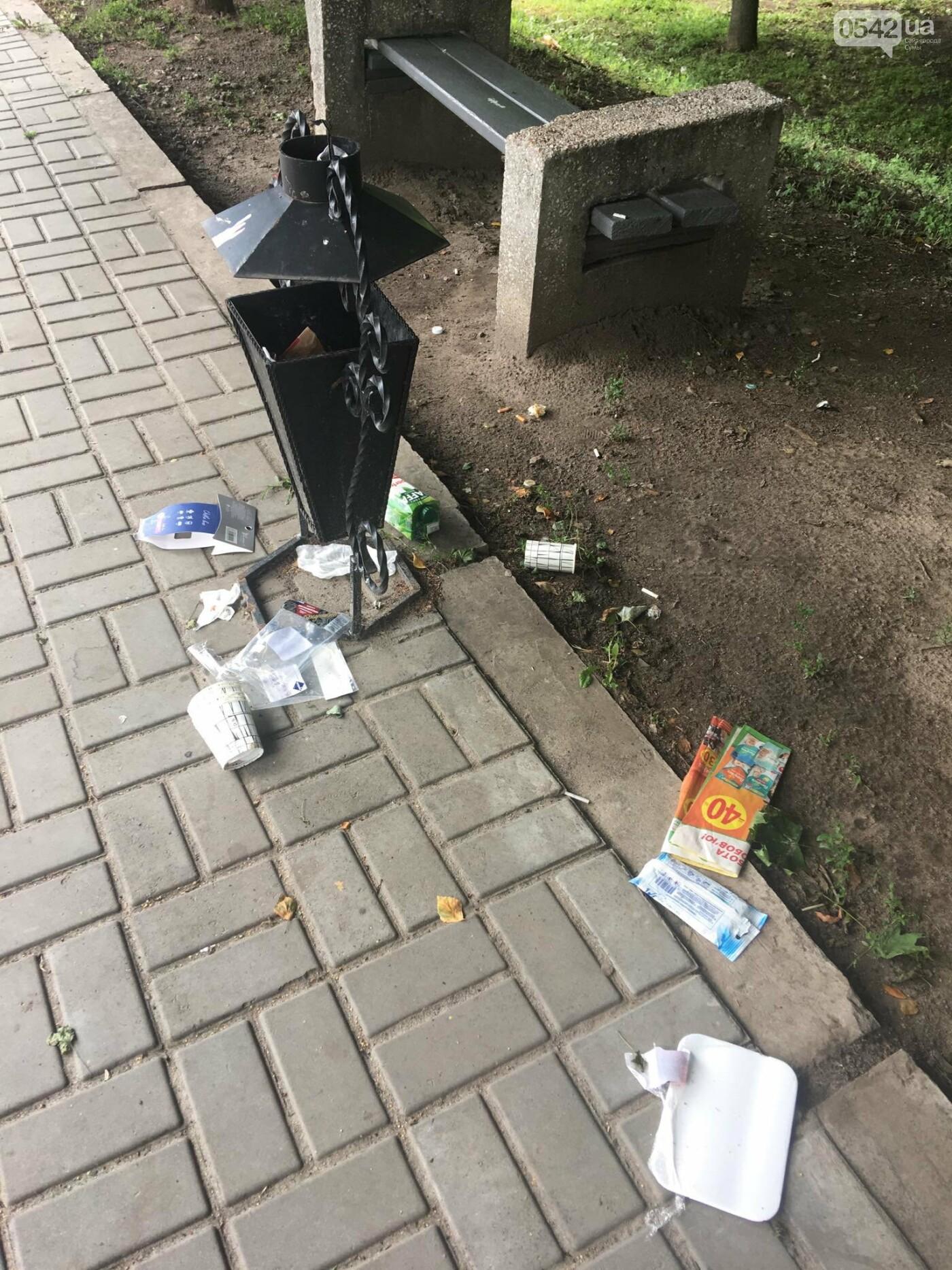 У Сумах сміття лежить біля порожніх урн: культура жителів міста або сумлінність комунальників?, фото-1