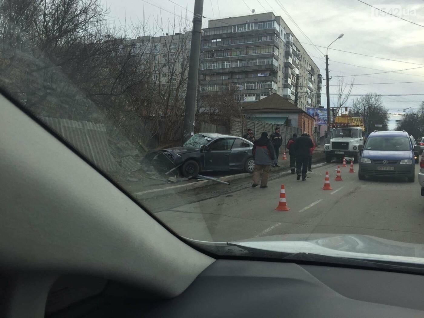 У Сумах ДТП: автомобіль в'їхав у паркан, фото-2