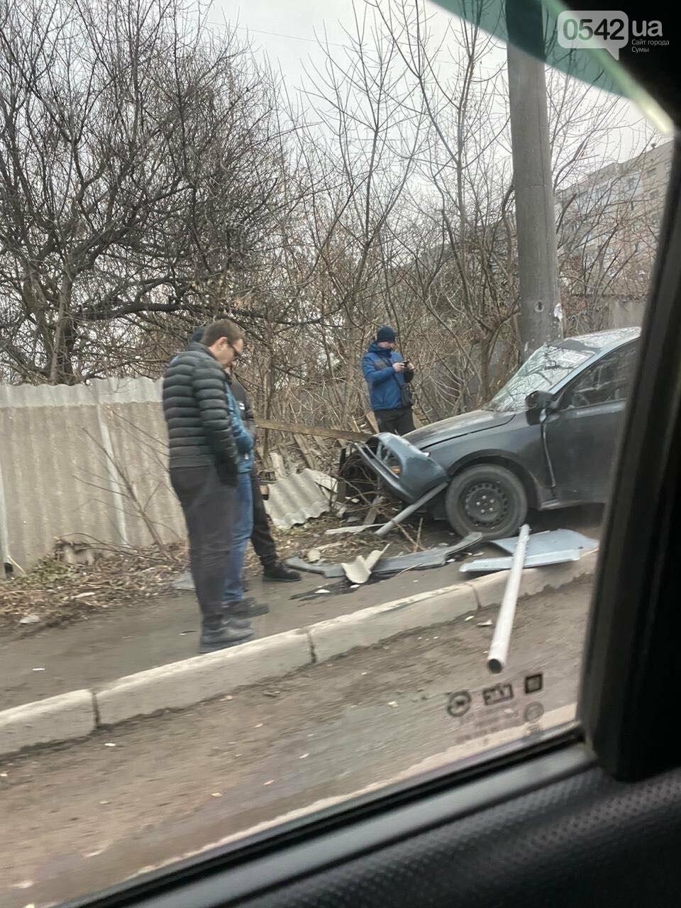 У Сумах ДТП: автомобіль в'їхав у паркан, фото-1