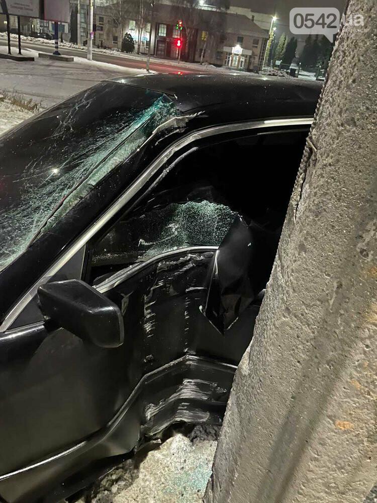 У Сумах BMW влетіла в стовп. Фотофакт, фото-2