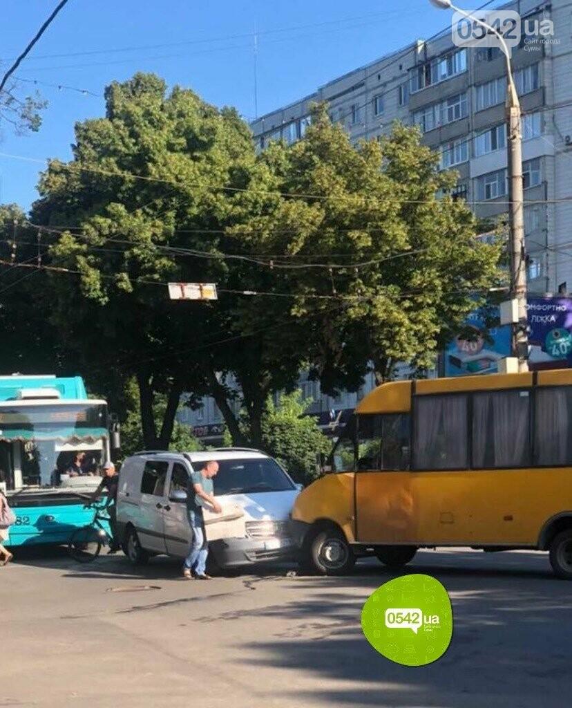 У Сумах маршрутка потрапила у ДТП, фото-1
