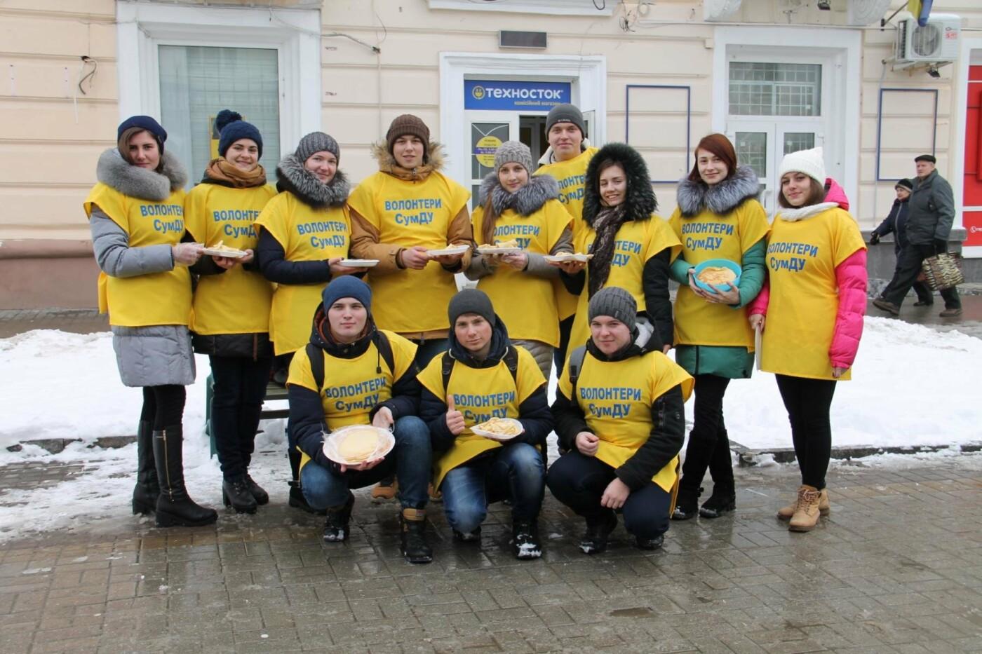 Волонтеры СумГУ в центре города угощали сумчан блинами, фото-11
