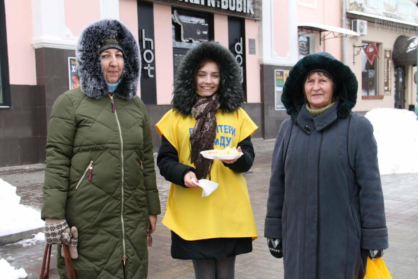 Волонтеры СумГУ в центре города угощали сумчан блинами, фото-7