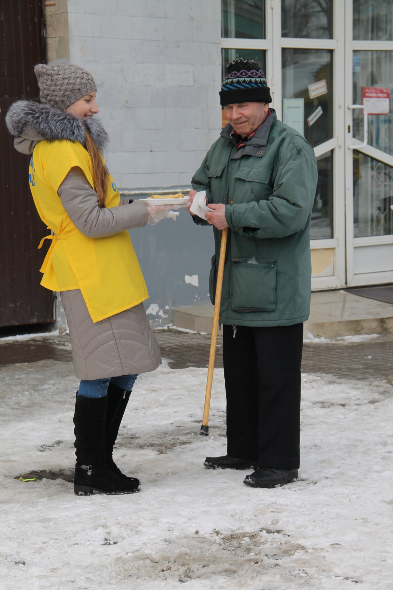 Волонтеры СумГУ в центре города угощали сумчан блинами, фото-6