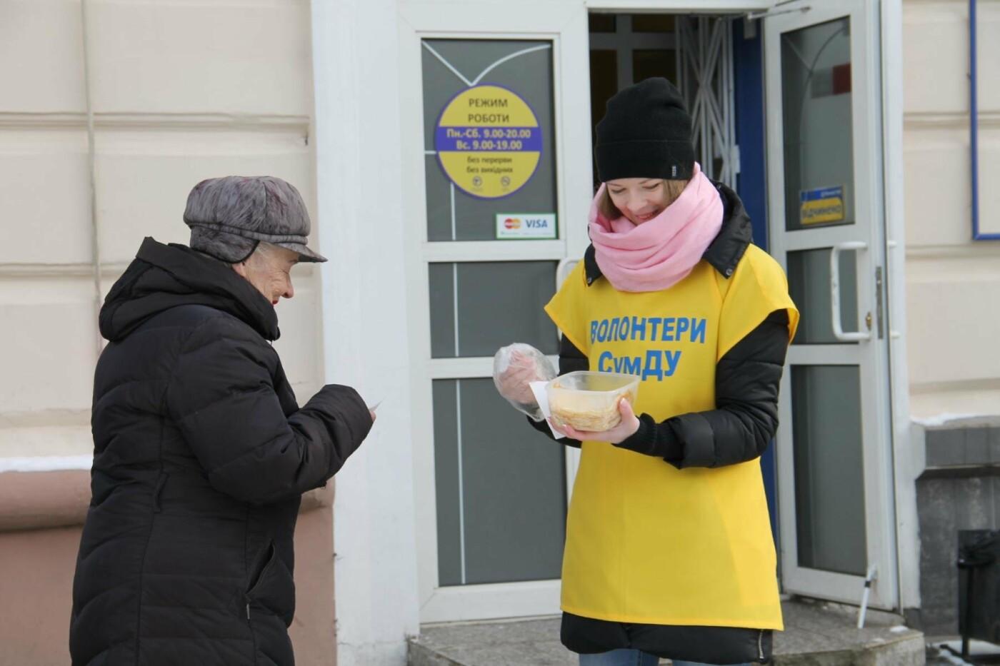 Волонтеры СумГУ в центре города угощали сумчан блинами, фото-2