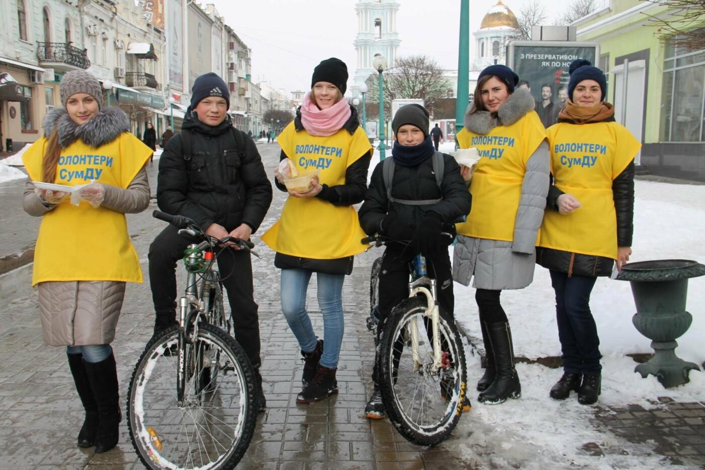 Волонтеры СумГУ в центре города угощали сумчан блинами, фото-12