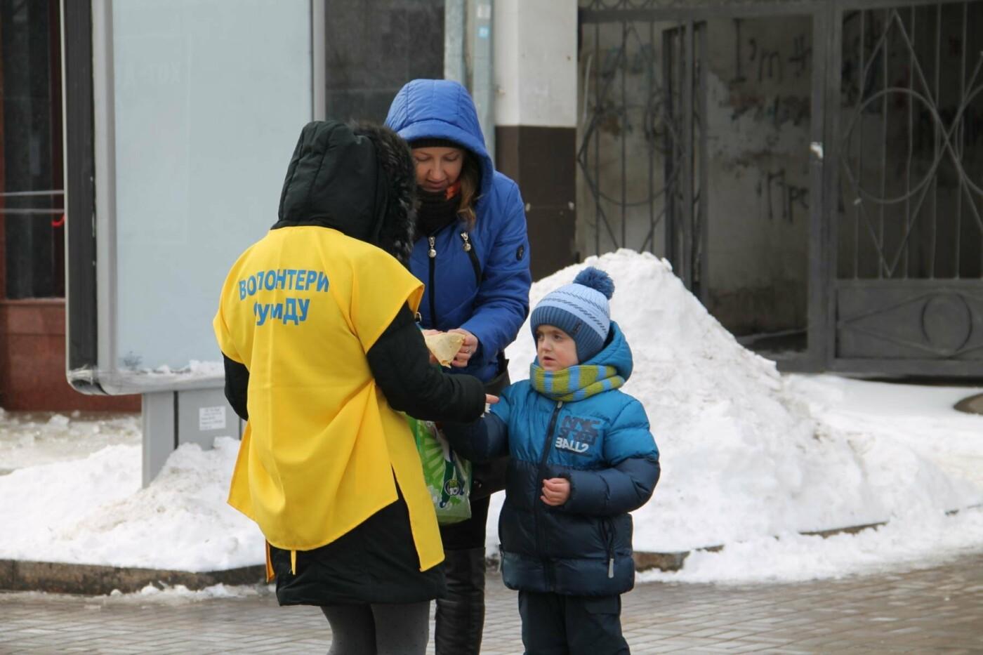 Волонтеры СумГУ в центре города угощали сумчан блинами, фото-4
