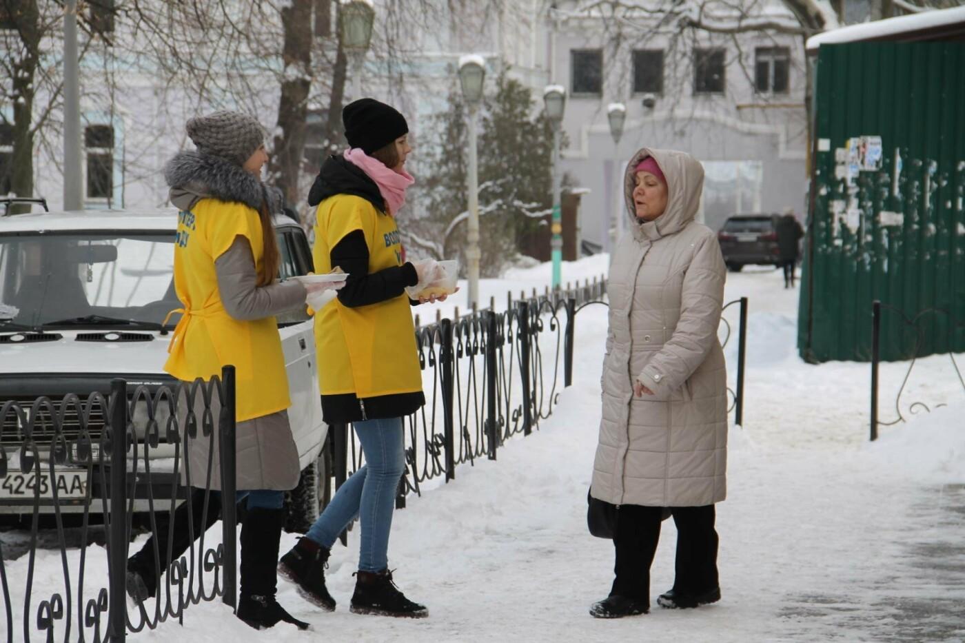 Волонтеры СумГУ в центре города угощали сумчан блинами, фото-8