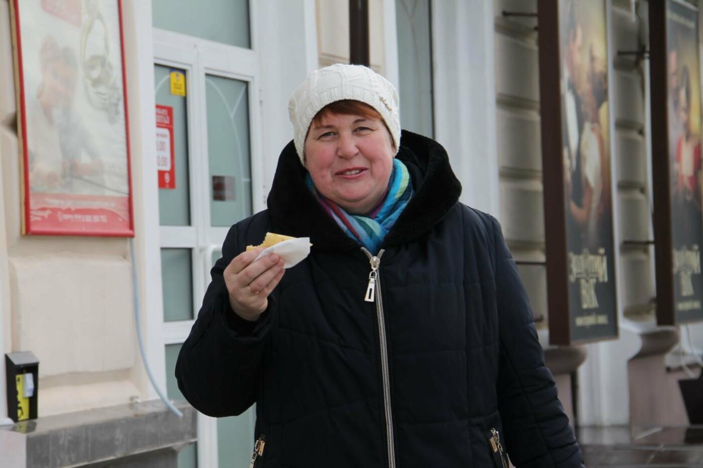 Волонтеры СумГУ в центре города угощали сумчан блинами, фото-3
