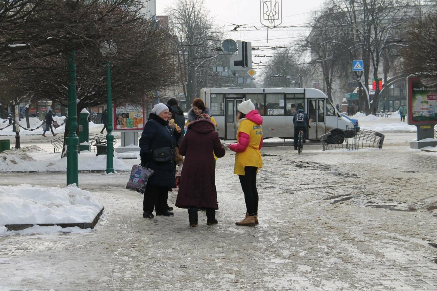 Волонтеры СумГУ в центре города угощали сумчан блинами, фото-14