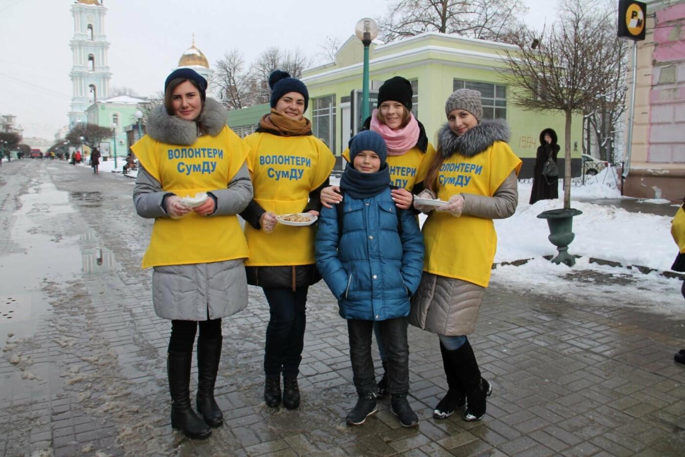 Волонтеры СумГУ в центре города угощали сумчан блинами, фото-9
