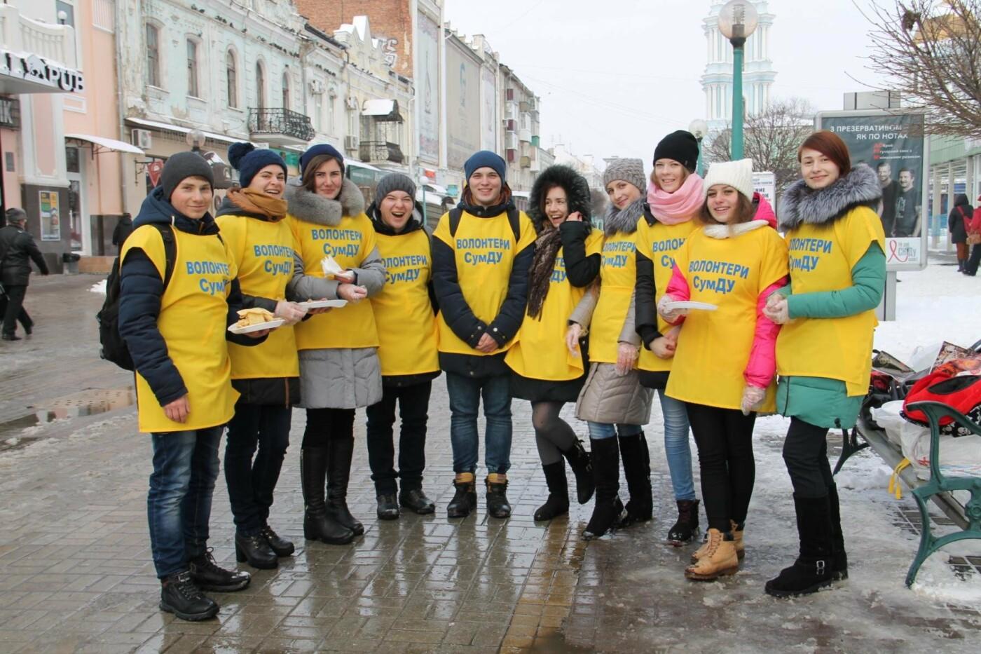 Волонтеры СумГУ в центре города угощали сумчан блинами, фото-13