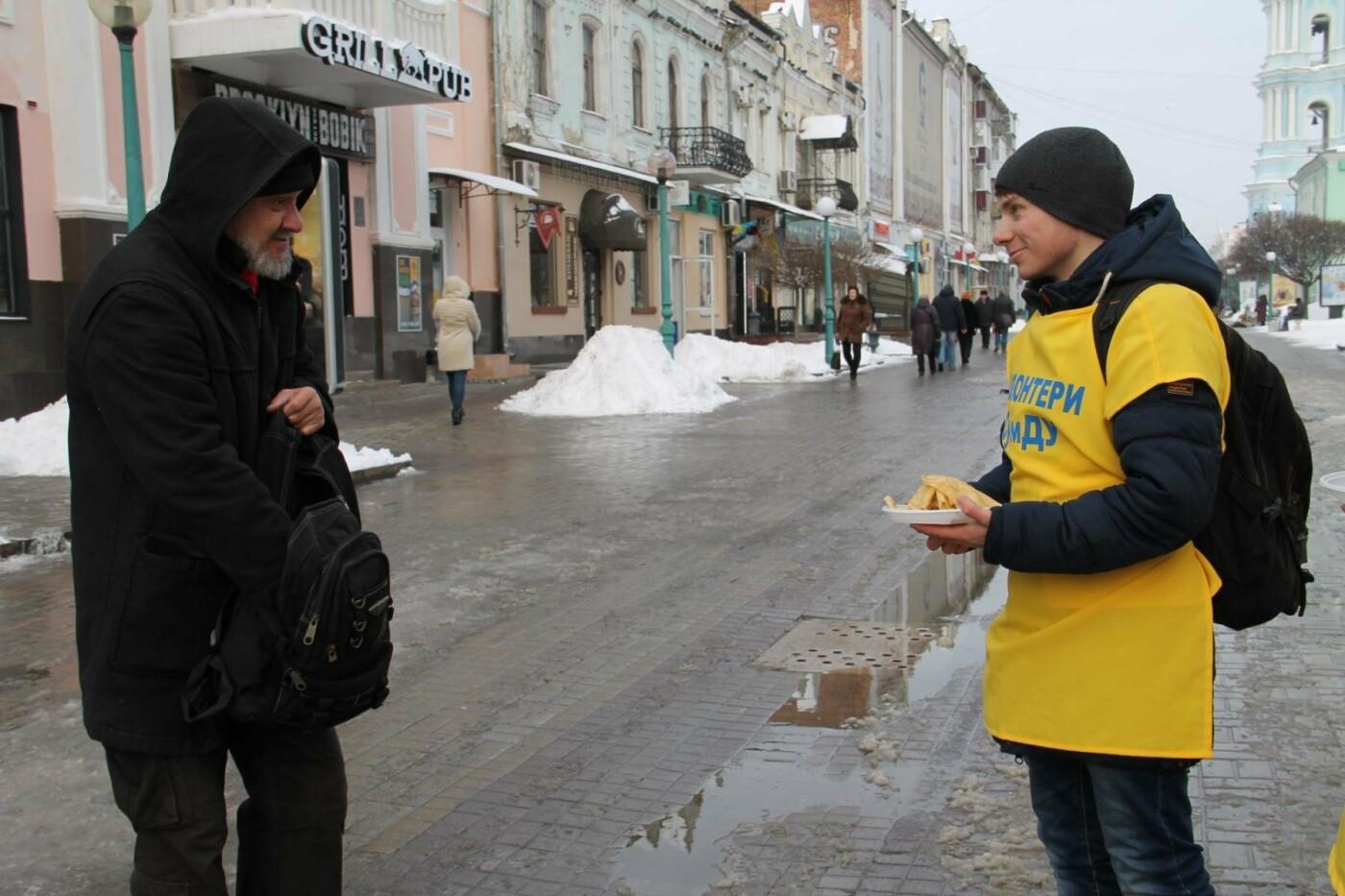 Волонтеры СумГУ в центре города угощали сумчан блинами, фото-1