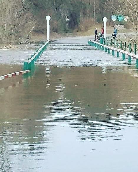 На Сумщине из-за разлива реки мост ушел под воду, фото-1