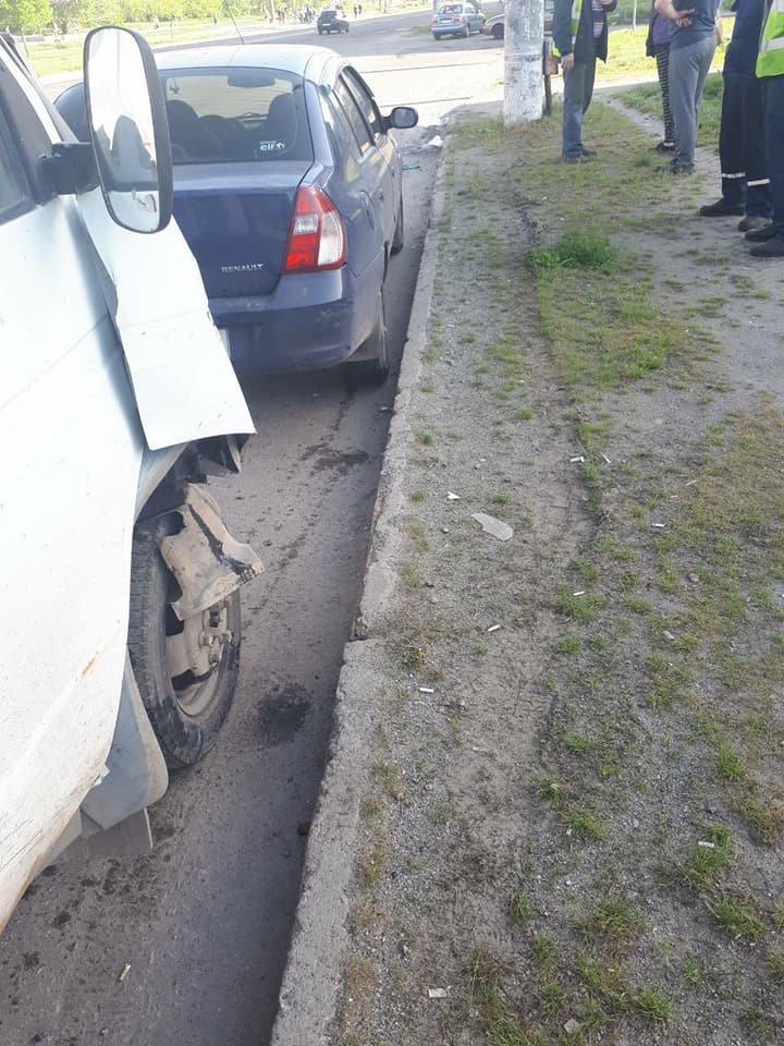 В Сумах грузовик въехал в столб, фото-2