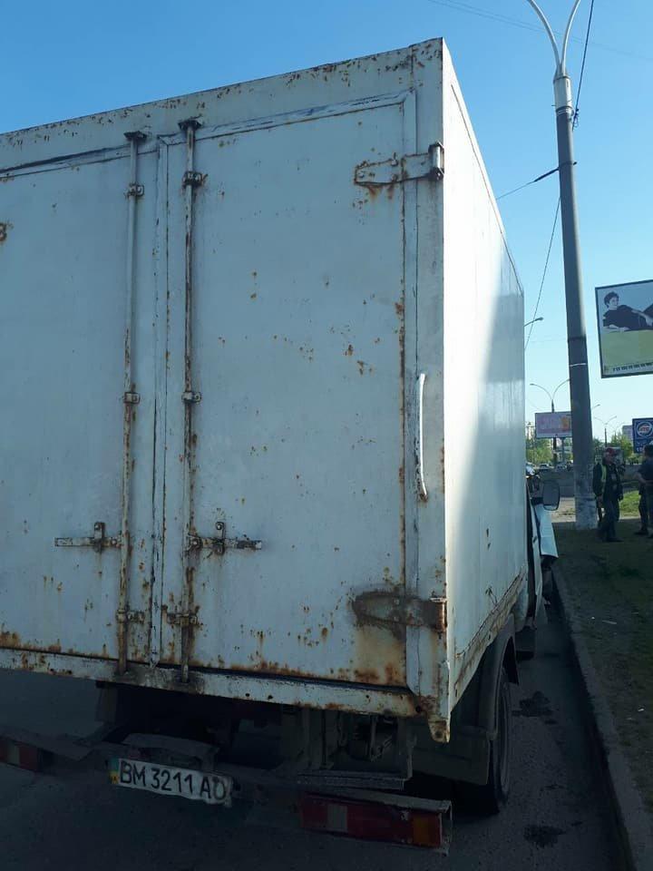 В Сумах грузовик въехал в столб, фото-1