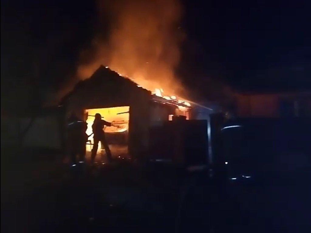 На Сумщине пожарные ликвидировали пожар гаража и предотвратили переброску огня на жилой дом, фото-1