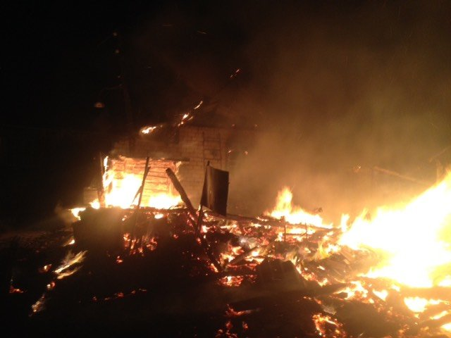 На Сумщине спасатели всю ночь тушили пожар хозяйственной постройки и летней кухни , фото-1