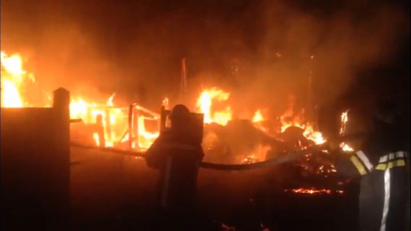 На Сумщине спасатели всю ночь тушили пожар хозяйственной постройки и летней кухни , фото-2