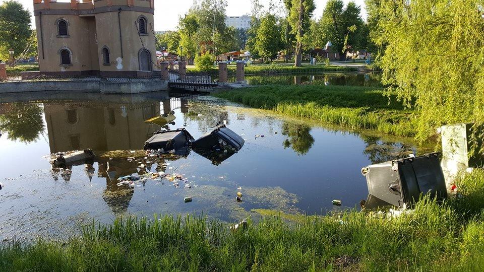 Быдло снова скинуло мусорные баки в озеро детского парка «Сказка» в Сумах, фото-1