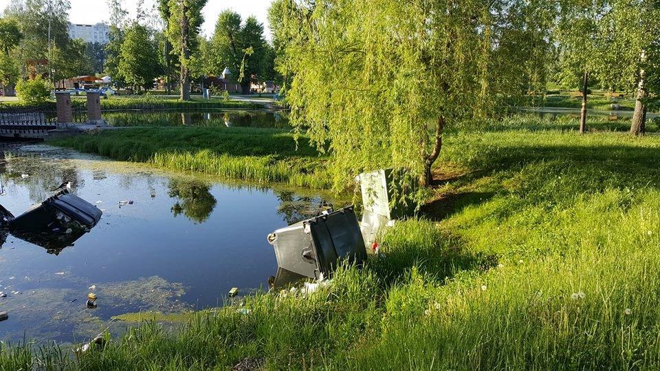 Быдло снова скинуло мусорные баки в озеро детского парка «Сказка» в Сумах, фото-2