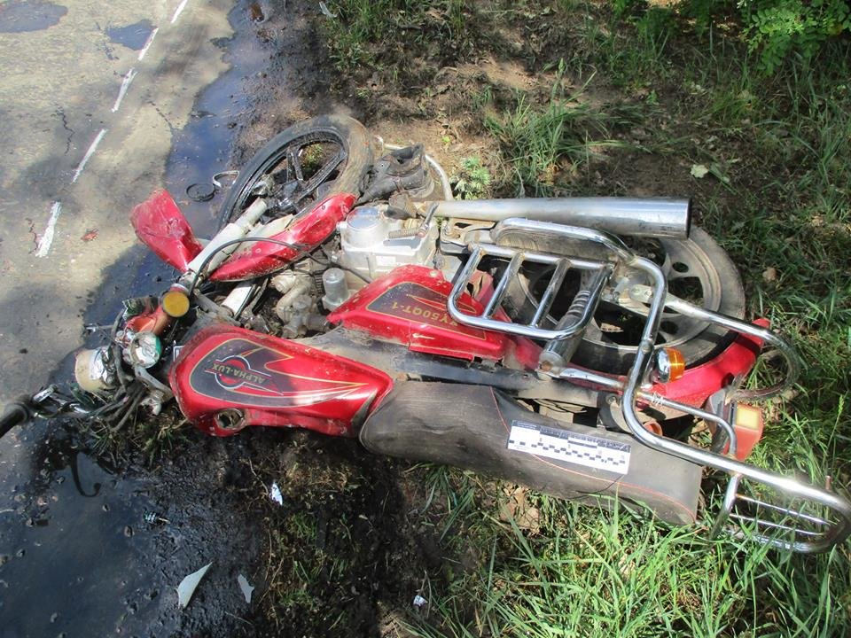 На Сумщине водитель легковушки, объезжая ямы на дороге, насмерть сбил мопедиста, фото-1