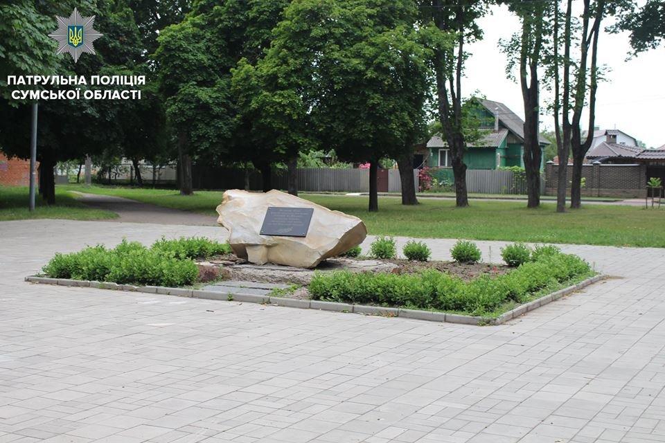 В Сумах юноши справляли нужду на памятный знак Героям Майдана, фото-3