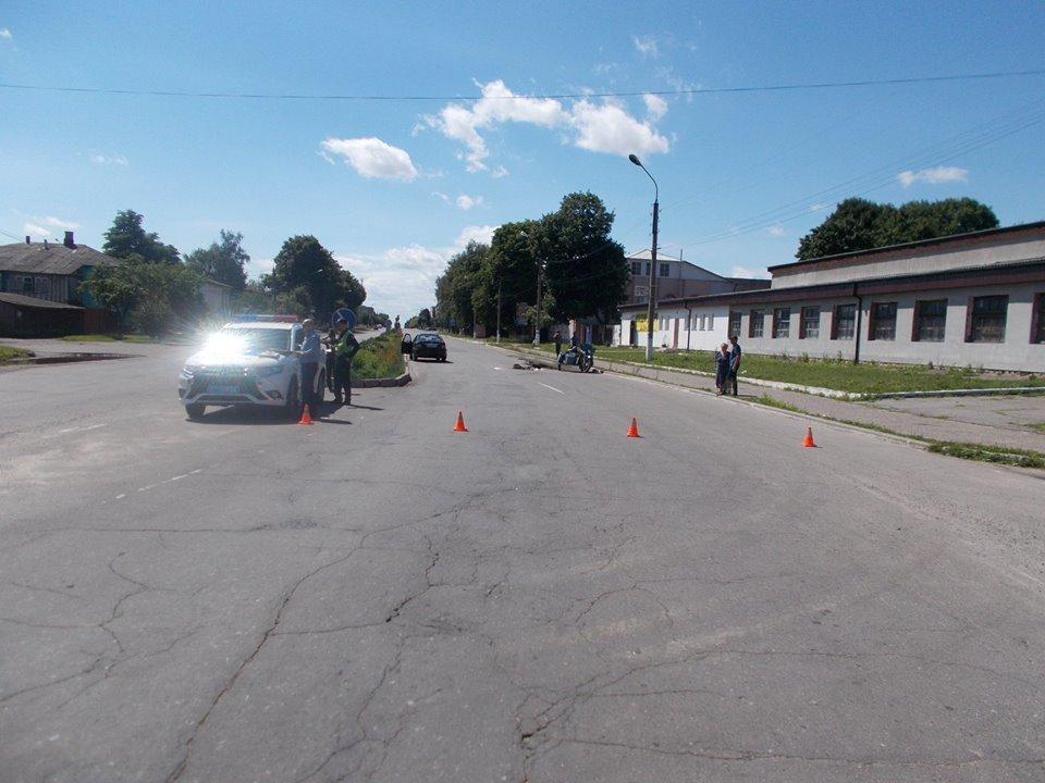 На Сумщине произошло ДТП с участием автомобиля «Джили» и мотоциклиста , фото-1
