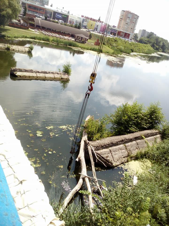 В Сумах из реки достали упавшие секции Харьковского моста, фото-1