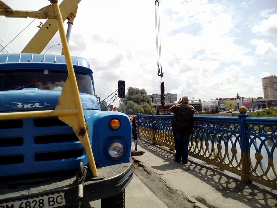В Сумах из реки достали упавшие секции Харьковского моста, фото-2