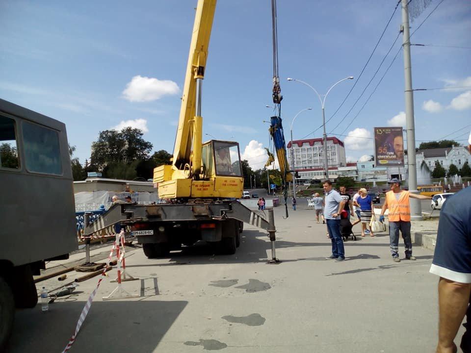 В Сумах из реки достали упавшие секции Харьковского моста, фото-3