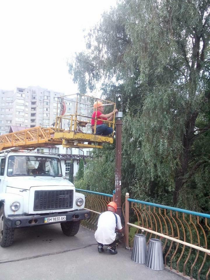 В Сумах начали устанавливать фонари на мосту возле «Здыбанки», фото-2