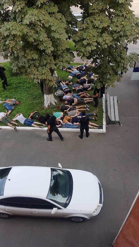 На сессии Конотопского городского совета произошли массовые столкновения: есть пострадавшие, фото-1