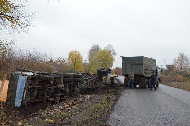 На Сумщине перевернулся грузовик с кукурузой, фото-1