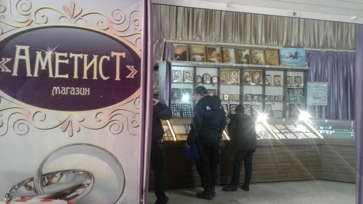 В центре Сум средь бела дня ограбили ювелирный магазин, фото-1