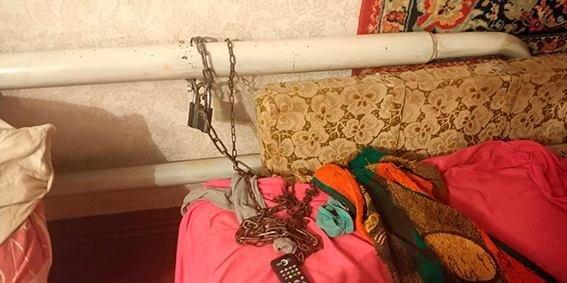 На Сумщине мать неделю держала прикованной наручниками к батарее родную дочь, фото-3