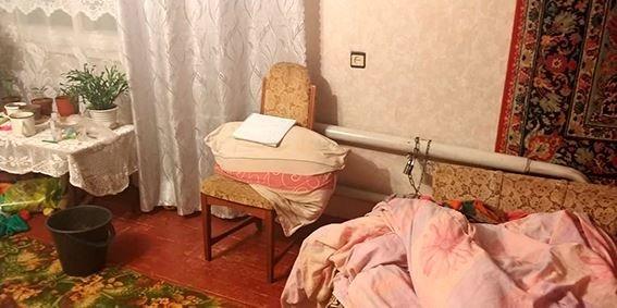 На Сумщине мать неделю держала прикованной наручниками к батарее родную дочь, фото-1
