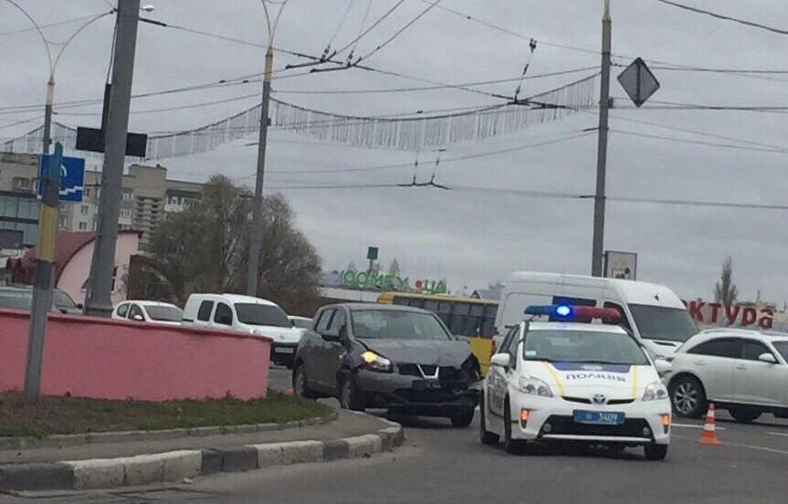 Появилось видео ДТП в Сумах, в котором водитель иномарки протаранил легковушку, наехал на пешехода и пытался покинуть место аварии, фото-1