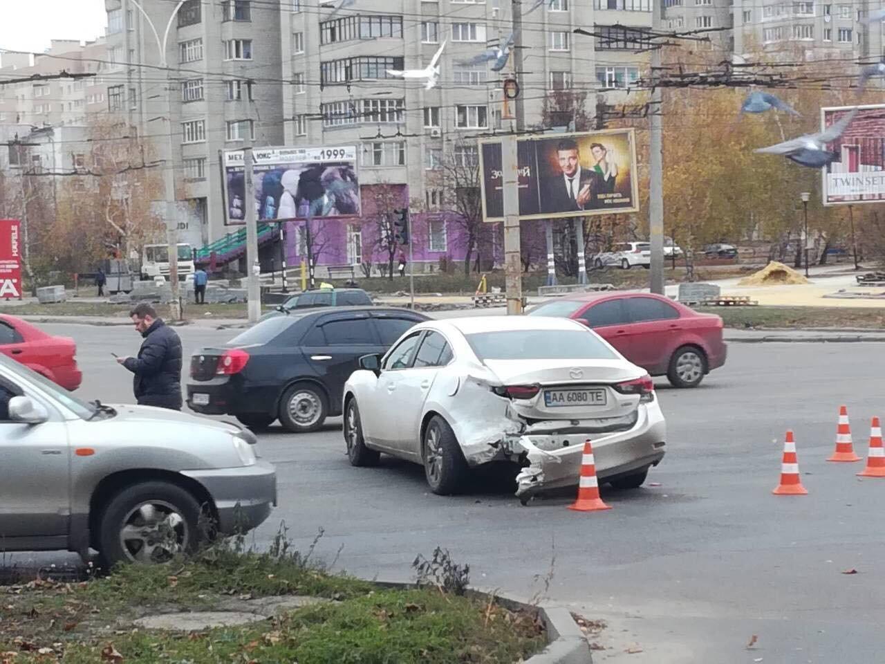 Появилось видео ДТП в Сумах, в котором водитель иномарки протаранил легковушку, наехал на пешехода и пытался покинуть место аварии, фото-2
