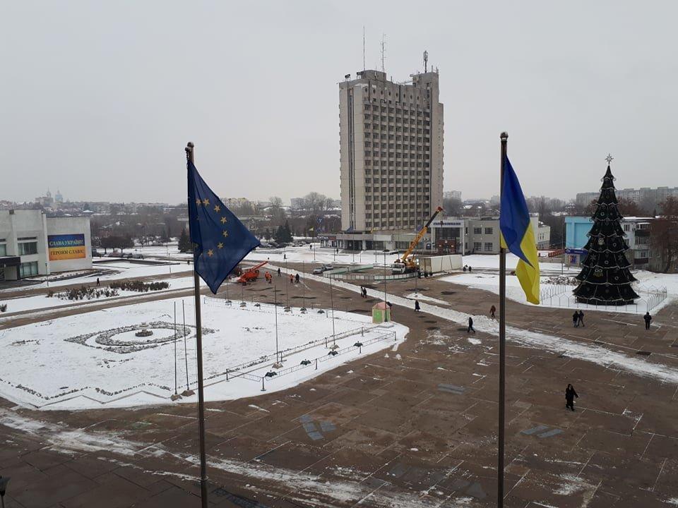 На главной площади Сум начали монтаж катка с искусственным льдом, фото-2