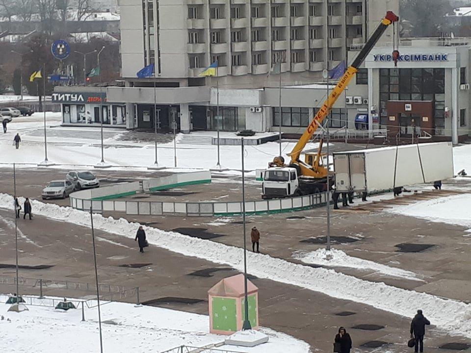 На главной площади Сум начали монтаж катка с искусственным льдом, фото-1