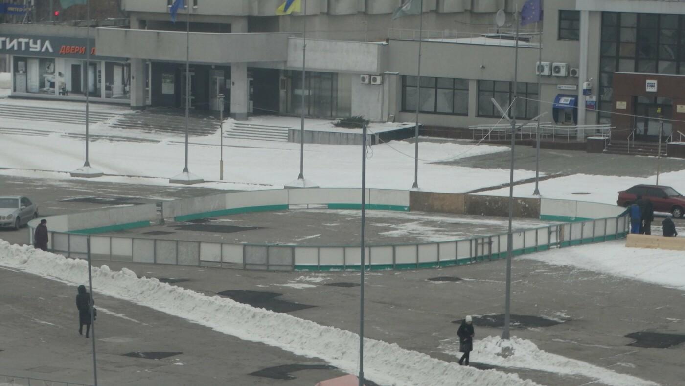 На главной площади Сум начали монтаж катка с искусственным льдом, фото-3