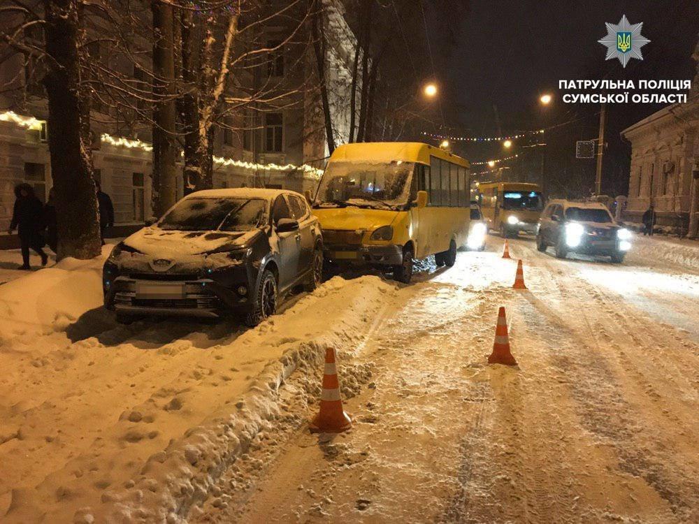 В Сумах маршрутка въехала припаркованную иномарку, фото-1