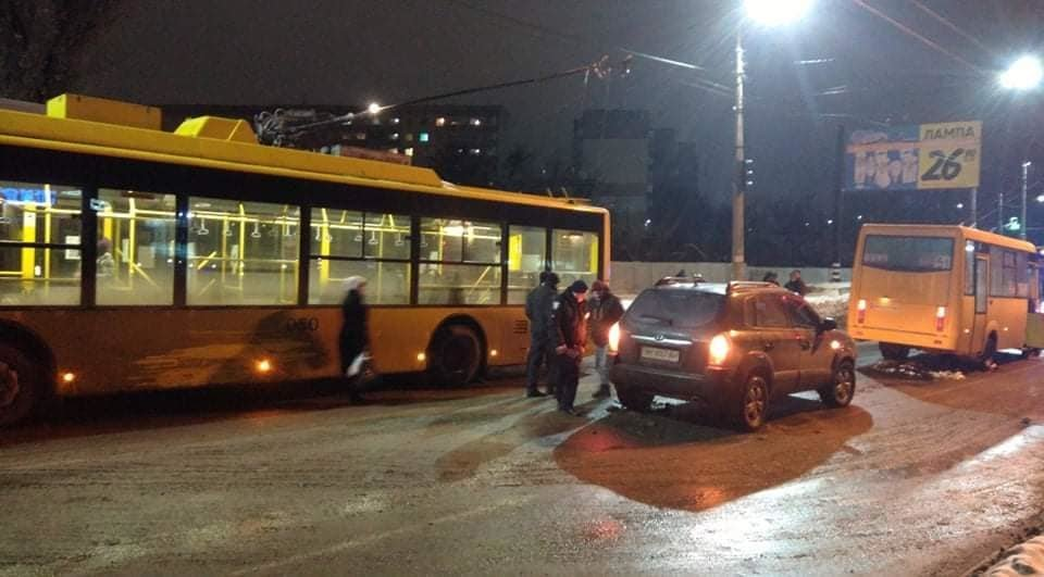 В Сумах на Курском мосту произошло масштабное ДТП, фото-1